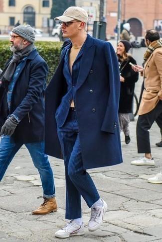 Combinar una gorra de béisbol: Equípate un abrigo largo azul marino con una gorra de béisbol para un look agradable de fin de semana. Tenis de cuero blancos son una opción perfecta para completar este atuendo.