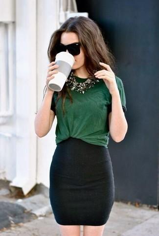 Elige por la comodidad con una camiseta con cuello circular y una minifalda negra.