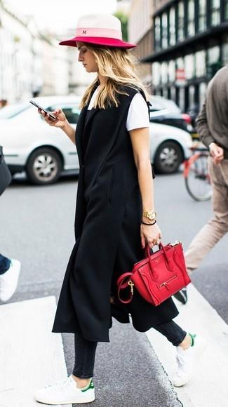 Combinar una bolsa tote de cuero roja: Opta por un abrigo sin mangas negro y una bolsa tote de cuero roja transmitirán una vibra libre y relajada. Tenis de cuero blancos son una opción inmejorable para completar este atuendo.