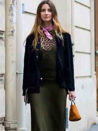 Cómo combinar: mochila con cordón de ante marrón claro, camiseta con cuello circular de leopardo marrón claro, vestido camisola de seda verde oliva, blazer azul marino