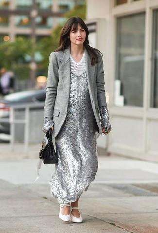 Cómo combinar: zapatos de tacón de cuero blancos, camiseta con cuello circular de malla blanca, vestido largo de lentejuelas plateado, blazer de lana gris