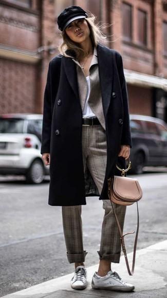 Cómo combinar: pantalón de vestir de tartán gris, camiseta con cuello en v blanca, blazer gris, abrigo negro