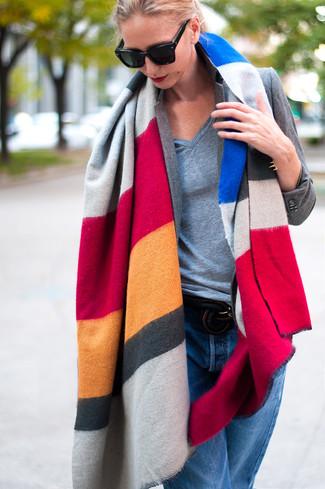 Cómo combinar: vaqueros boyfriend azules, camiseta con cuello en v gris, blazer gris, chal de rayas horizontales en multicolor