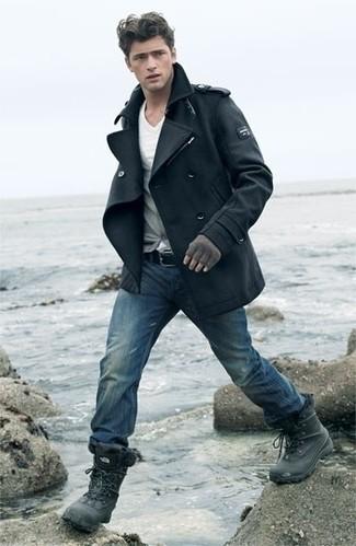 Cómo combinar: vaqueros azules, camiseta con cuello en v blanca, cárdigan gris, chaquetón negro