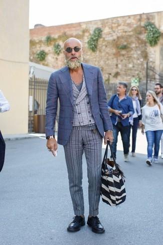 Cómo combinar: pantalón de vestir de lana de rayas verticales gris, camiseta con cuello en v de tartán azul marino, chaleco de vestir de tartán gris, blazer de lana a cuadros azul