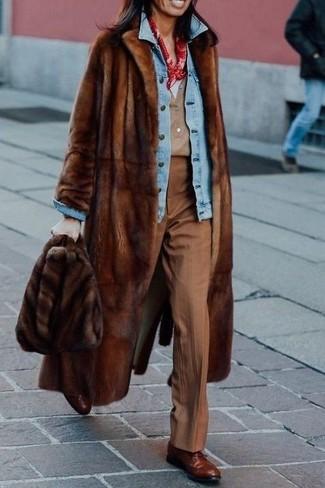 Cómo combinar: camiseta henley marrón claro, camiseta con cuello en v blanca, chaqueta vaquera celeste, abrigo de piel marrón