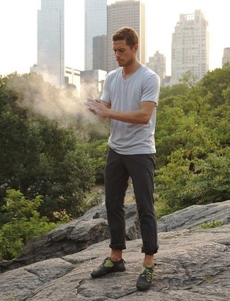 Cómo combinar: camiseta con cuello en v gris, pantalón chino en gris oscuro, deportivas en gris oscuro