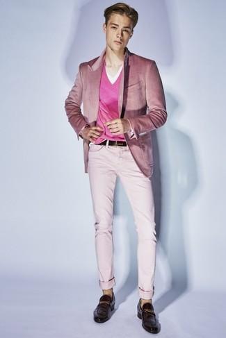 Combinar un jersey de pico rosa: Empareja un jersey de pico rosa junto a un pantalón chino rosado para cualquier sorpresa que haya en el día. Mocasín de cuero en marrón oscuro añaden la elegancia necesaria ya que, de otra forma, es un look simple.