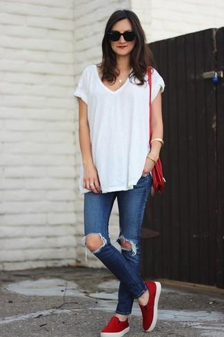 Look de moda: Camiseta con Cuello en V Blanca, Vaqueros Pitillo Desgastados Azules, Zapatillas Slip-on Rojas, Bolso Bandolera de Cuero Rojo