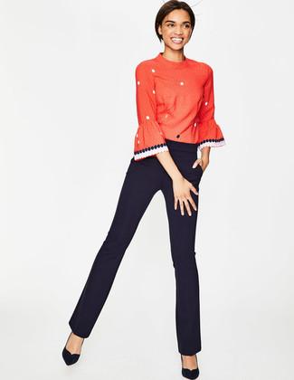 Usa una camiseta de manga larga a lunares roja y un pantalón de vestir negro para un look diario sin parecer demasiado arreglada. Zapatos de tacón de ante negros son una opción estupenda para completar este atuendo.