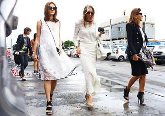 Para seguir las tendencias usa una camiseta de manga larga de encaje blanca y una falda larga blanca. Sandalias con cuña de cuero blancas son una opción práctica para completar este atuendo.