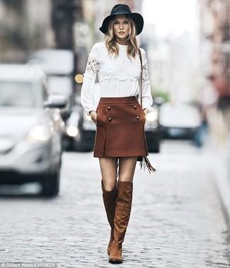 Cómo combinar: camiseta de manga larga de encaje blanca, minifalda marrón, botas sobre la rodilla de ante marrónes, sombrero de lana negro