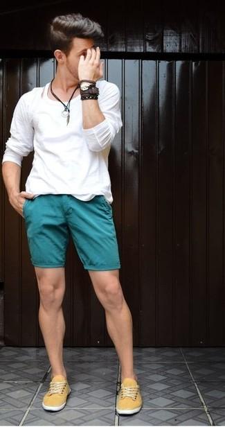Cómo combinar: camiseta de manga larga blanca, pantalones cortos en verde azulado, zapatillas plimsoll de lona amarillas, pulsera de cuero en marrón oscuro