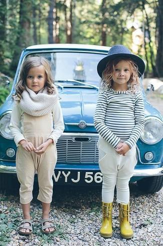 Cómo combinar: camiseta de manga larga blanca, peto en beige, sandalias grises, bufanda blanca
