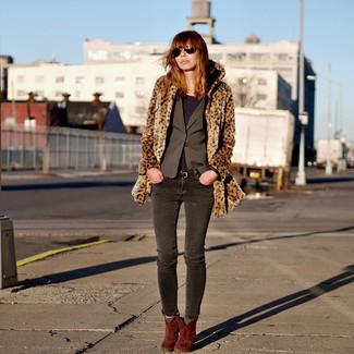Cómo combinar: vaqueros pitillo en gris oscuro, camiseta de manga larga morado oscuro, blazer en gris oscuro, abrigo de piel de leopardo marrón