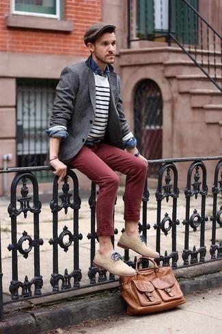 Combinar una camiseta de manga larga de rayas horizontales en blanco y azul marino: Utiliza una camiseta de manga larga de rayas horizontales en blanco y azul marino y un pantalón chino burdeos para una vestimenta cómoda que queda muy bien junta. Con el calzado, sé más clásico y usa un par de zapatos derby de ante en beige.