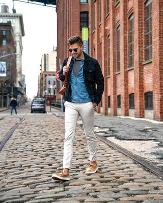 Cómo combinar: pantalón chino blanco, camiseta de manga larga de rayas horizontales en negro y blanco, camisa vaquera azul, chaqueta estilo camisa de ante azul marino