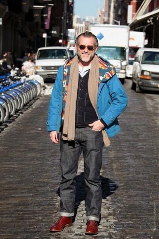 Look de Alessandro Squarzi: Vaqueros en gris oscuro, Camiseta de manga larga blanca, Chaleco de abrigo negro, Parka azul