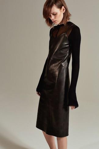 Cómo combinar: camiseta de manga larga de malla negra, vestido camisola de cuero negro