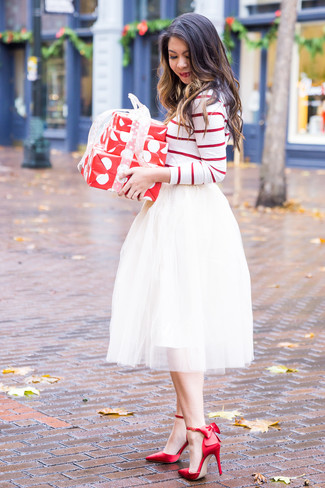 Cómo combinar: camiseta de manga larga de rayas horizontales en blanco y rojo, falda campana de tul blanca, zapatos de tacón de satén rojos