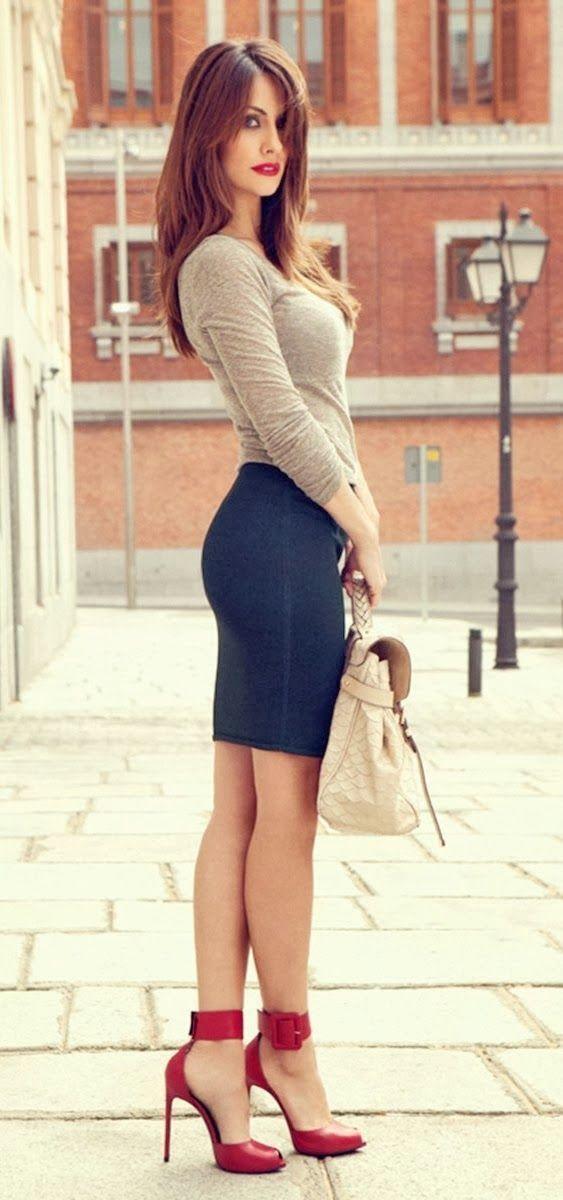 usa una camiseta de manga larga beige y una falda lpiz vaquera azul marino para una