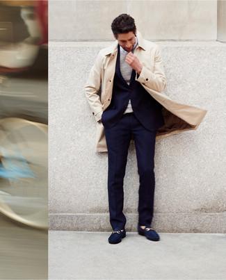 Cómo combinar: mocasín de ante azul marino, camiseta de manga larga de rayas horizontales en blanco y azul marino, traje azul marino, gabardina en beige