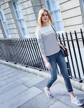 Cómo combinar: camiseta de manga larga de rayas horizontales en blanco y azul marino, vaqueros pitillo azules, tenis grises, bolso bandolera de cuero de leopardo en negro y blanco