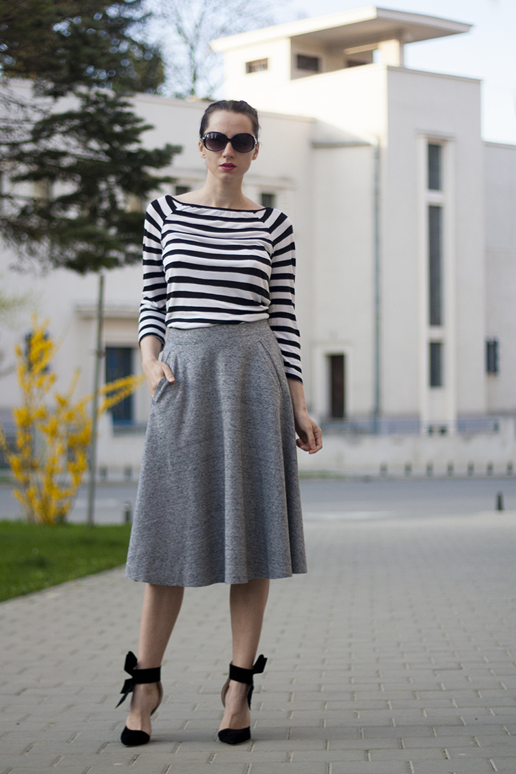 c78e8de7e1 Cómo combinar  camiseta de manga larga de rayas horizontales en blanco y  negro