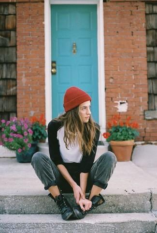 Empareja una camiseta de manga larga blanca y negra con un gorro rojo para cualquier sorpresa que haya en el día. Mezcle diferentes estilos con botas planas con cordones de cuero negras.