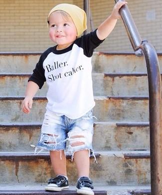 Cómo combinar: camiseta de manga larga en blanco y negro, pantalones cortos vaqueros celestes, zapatillas negras, gorro amarillo