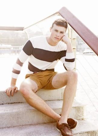 Cómo combinar: camiseta de manga larga de rayas horizontales en blanco y negro, pantalones cortos mostaza, náuticos de cuero marrónes, correa de cuero marrón