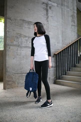 Cómo combinar: camiseta de manga larga en blanco y negro, vaqueros pitillo negros, deportivas en negro y blanco, mochila azul marino