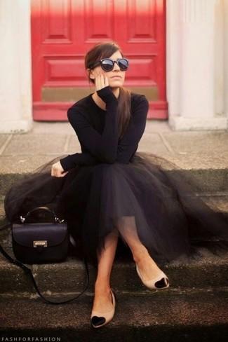 Usa una camiseta de manga larga negra y una falda campana de tul negra para un look diario sin parecer demasiado arreglada. Si no quieres vestir totalmente formal, complementa tu atuendo con bailarinas de cuero negras y marrón claro.