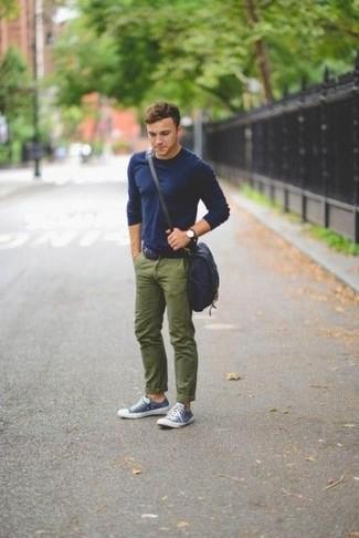 Cómo combinar: camiseta de manga larga azul marino, pantalón chino verde oliva, tenis en azul marino y blanco, bolso mensajero de lona azul marino