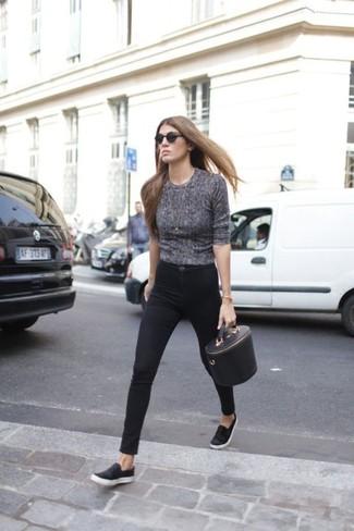 Para seguir las tendencias usa una camiseta de manga larga gris oscuro y unos vaqueros pitillo negros. Zapatillas slip-on de cuero negras resaltaran una combinación tan clásico.