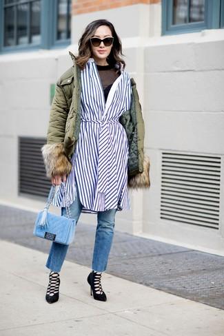 Cómo combinar: vaqueros azules, camiseta de manga larga de malla negra, vestido camisa de rayas verticales en blanco y azul, plumífero verde oliva