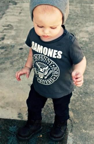 Cómo combinar: camiseta en gris oscuro, pantalones negros, botas negras, gorro gris