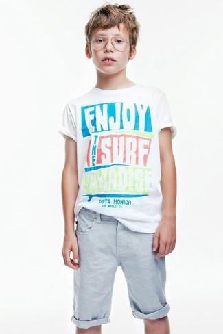Cómo combinar: camiseta estampada blanca, pantalones cortos celestes
