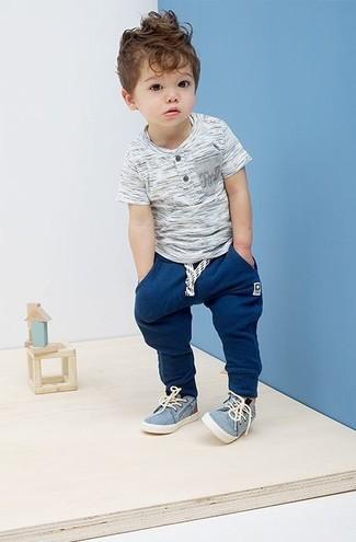 Cómo combinar: camiseta gris, pantalón de chándal azul marino, zapatillas celestes