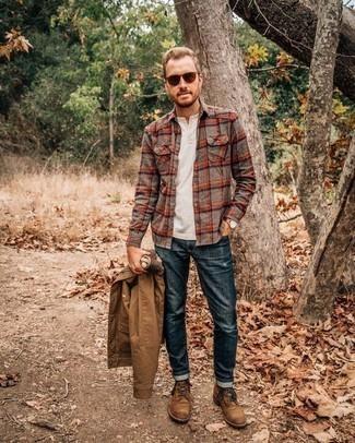 Outfits hombres en otoño 2020: Intenta combinar una chaqueta estilo camisa marrón claro con unos vaqueros azul marino para una apariencia fácil de vestir para todos los días. Botas casual de ante marrónes son una opción estupenda para complementar tu atuendo. ¿Buscas un atuendo excelente para el otoño? No busque  más : esta es una opción perfecta.