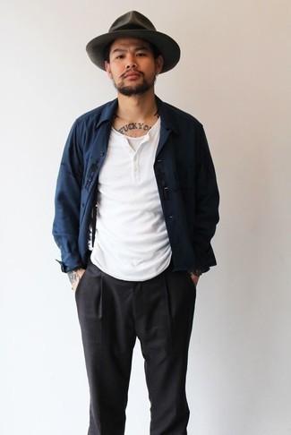 Combinar una camiseta sin mangas blanca en otoño 2020: Intenta combinar una camiseta sin mangas blanca junto a un pantalón chino negro para un look agradable de fin de semana. Este atuendo es una idea fantastica si tu buscas un atuendo otoñal.