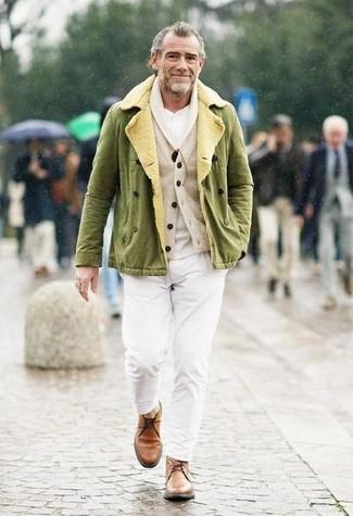 Cómo combinar: pantalón chino blanco, camiseta henley blanca, cárdigan con cuello chal en beige, chaqueta militar verde oliva