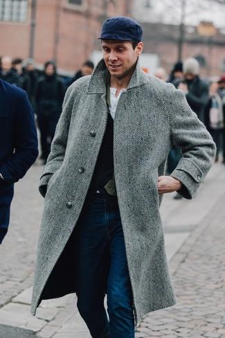 Cómo combinar: vaqueros azul marino, camiseta henley blanca, chaleco de vestir de lana azul marino, abrigo largo de espiguilla gris