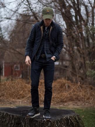 Combinar unos vaqueros azul marino estilo casuale: Considera emparejar un chaleco de abrigo acolchado azul marino con unos vaqueros azul marino para un look diario sin parecer demasiado arreglada. Tenis de ante negros son una opción perfecta para complementar tu atuendo.