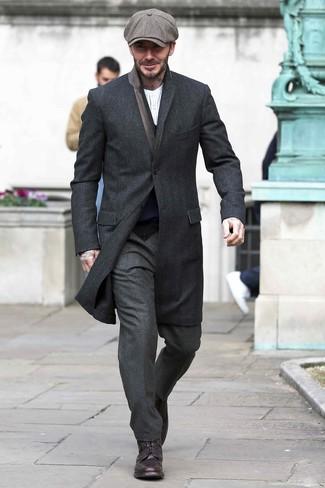 Cómo combinar: pantalón de vestir de lana en gris oscuro, camiseta henley de manga larga de rayas verticales blanca, cárdigan azul marino, abrigo largo negro
