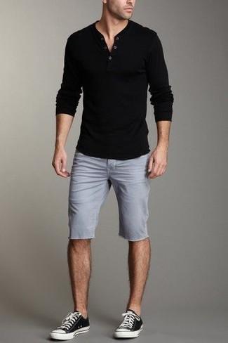 Cómo combinar: camiseta henley de manga larga negra, pantalones cortos grises, tenis en negro y blanco