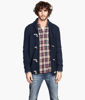 Cómo combinar: vaqueros azul marino, camiseta henley en beige, camisa de manga larga de franela de tartán en blanco y rojo y azul marino, cárdigan con cuello chal azul marino