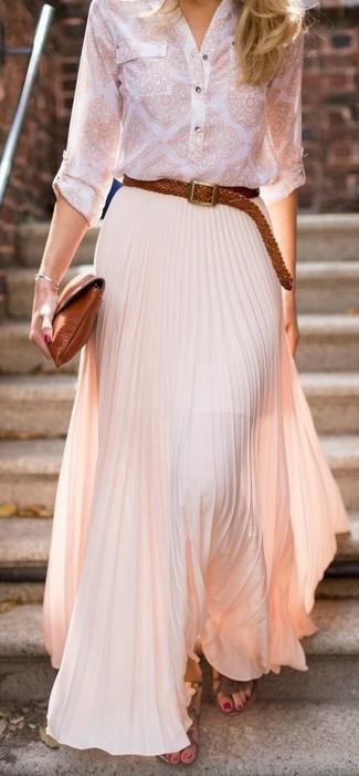 Cómo combinar: camiseta henley estampada blanca, falda larga plisada rosada, sandalias romanas de cuero marrónes, cartera sobre de cuero en tabaco