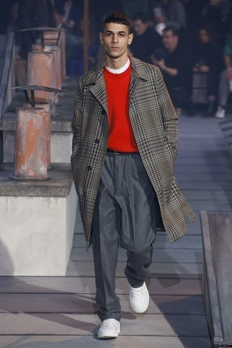 Cómo combinar: pantalón de vestir de lana en gris oscuro, camiseta henley blanca, jersey con cuello circular rojo, abrigo largo de tartán marrón