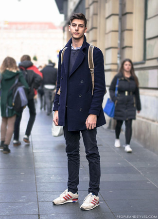 Cómo combinar: pantalón chino negro, camiseta henley blanca, sudadera en gris oscuro, chaquetón azul marino
